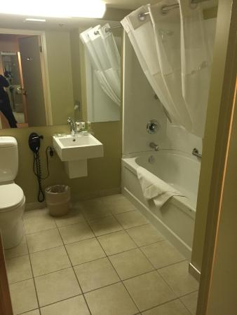 Country Inn & Suites By Carlson, Saskatoon, SK: Bathroom equipped with bathtub