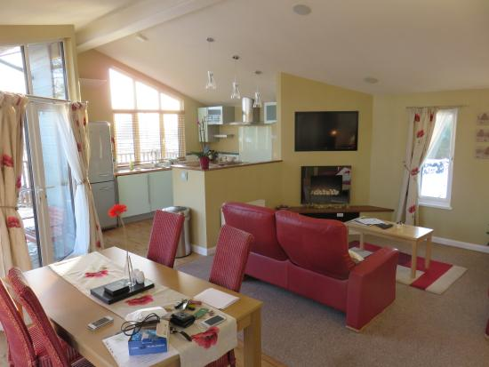 Ashbourne Heights Holiday Park: Living room