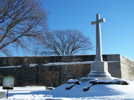 Place George V: La Croix du Sacrifice, en mémoire des militaires canadiens morts pendant les différents conflits
