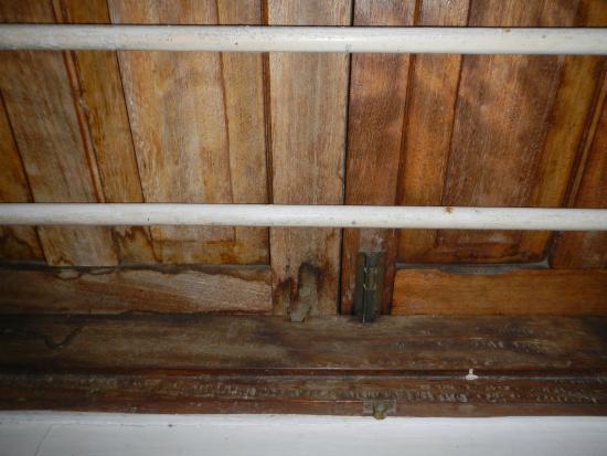 Shangani Hotel: Missing locks on inside of window panes