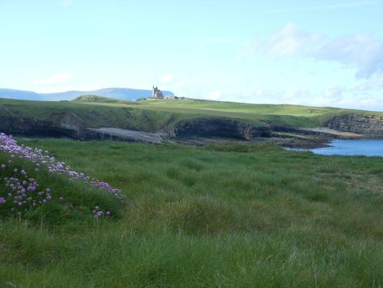 Mullaghmore Head, sullo sfondo Classiebawn Castle, residenza di lord Mountbatten