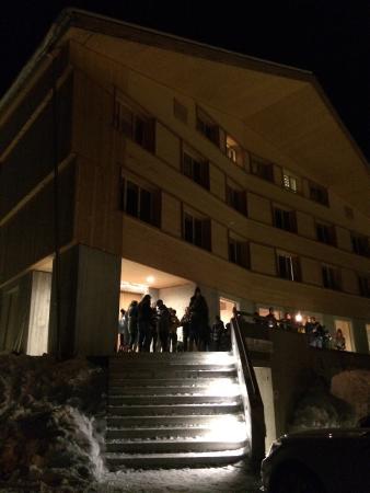 Gstaad Saanenland Youth Hostel: Die Jugendherberge bei Nacht