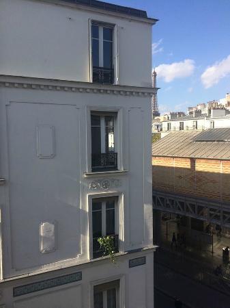 Hotel Grenelle: Torre Eiffel vista da janela do quarto. Abaixo, a estação de metrô.