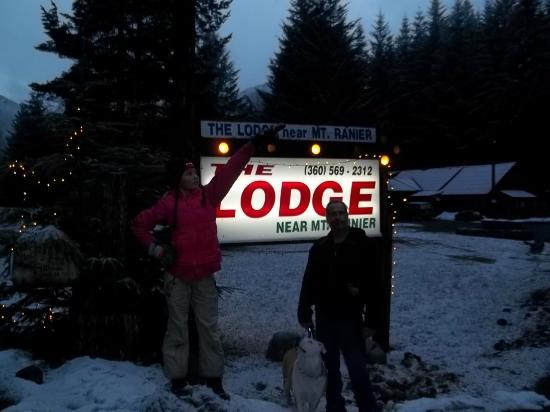 The Lodge Near Mount Rainier : entrance to the lodge