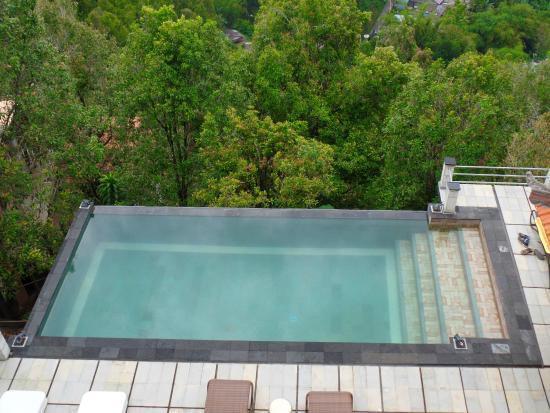 Puri Alam Bali Bungalows: Infinity pool on a rainy day