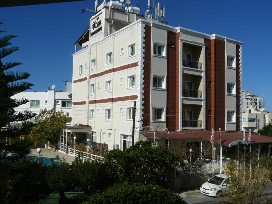 Sammy's Hotel: Outside also Refurbished