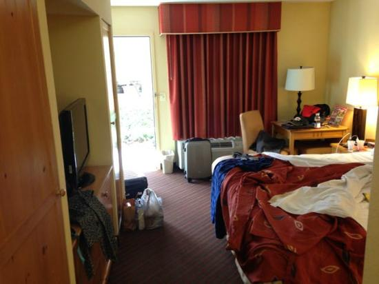 Econo Lodge Riverside: Our room (excuse the mess!) nice decor/colors