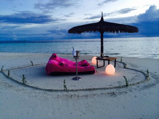 Constance Moofushi: romantique sunset on the sandbank