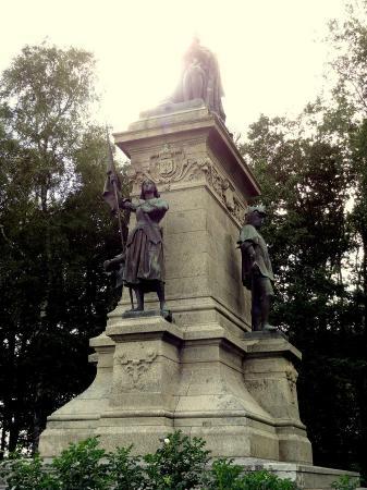 Monument du Comte de Chambord: Le comte de Chambord entouré de Bayard, Du Guesclin et Jeanne d'Arc !