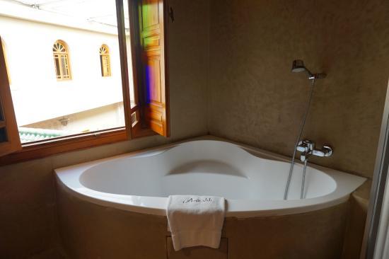 Riad Andalib : Tub in bathroom