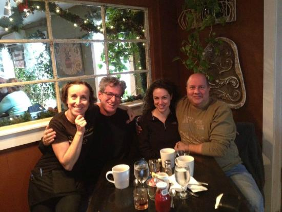 Cornish, ME: Great breakfast with friends and our effervēscent waitress!