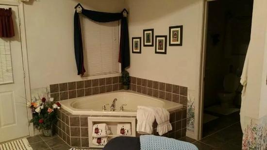 Aunt Sadie's Hideaway Bed and Breakfast: Secret Garden cottage