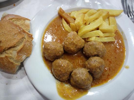 Albondigas caseras con patatas fritas fotograf a de - Albondigas de patata ...