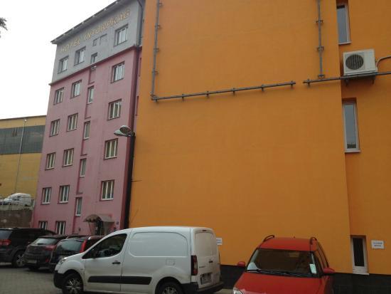 Inturprag: Zakamuflowane wejście do hotelu