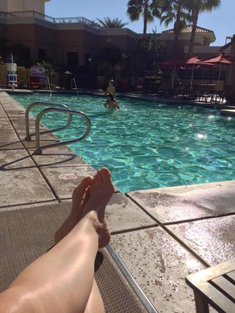 Embassy Suites by Hilton La Quinta Hotel & Spa : lounging by pool on December 30th!