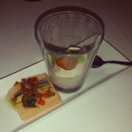 Sand Restaurant: Espuma de tomate con arenque y mouse de anchoa