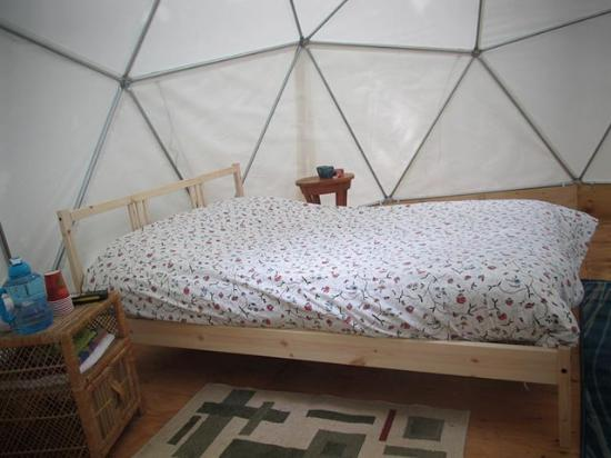 ‪‪Cabot Shores Wilderness Resort‬: Comfortable double bed in Geodesic Dome‬