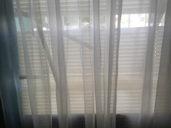Hotel Mimo: broken blinds, see through curtain