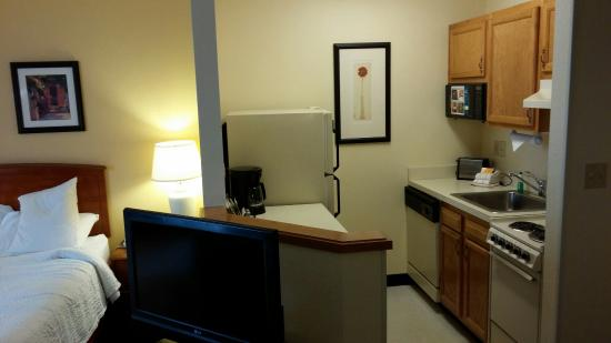 Hawthorn Suites by Wyndham Louisville North : Kitchenette area..