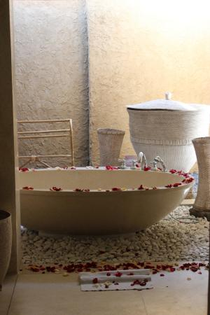 kaMAYA Resort and Villas: Open air bathtub