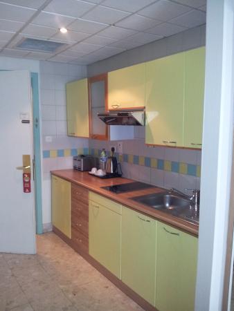 Al Bustan Centre & Residence: Kitchenette