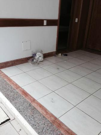 Atlantico Buzios Hotel: Visão dos lixos de banheiro nos corredores