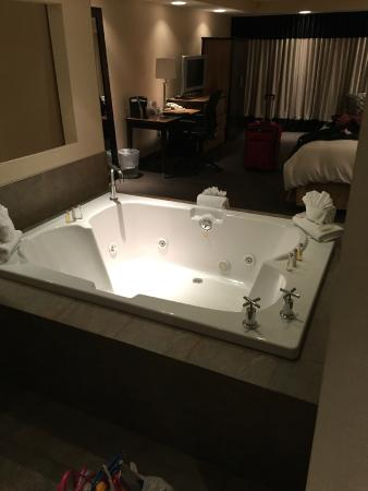 The Woodlands Inn : hot tub in  bridal suite