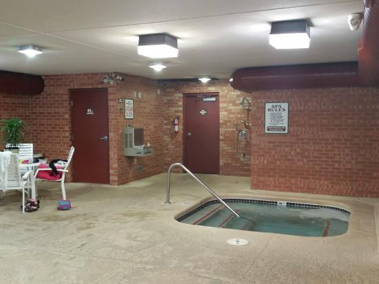 Baymont Inn & Suites Midland: Hot tub and restroom