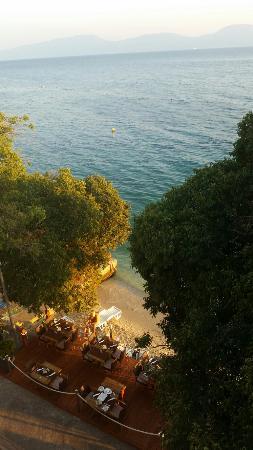 هوتل ماركو بولو: Beach and restaurant deck seen from roof