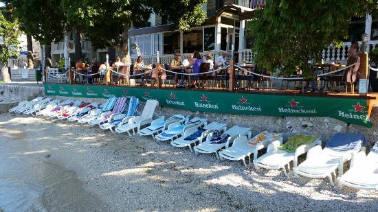 هوتل ماركو بولو: Actual size of beach and number of chairs