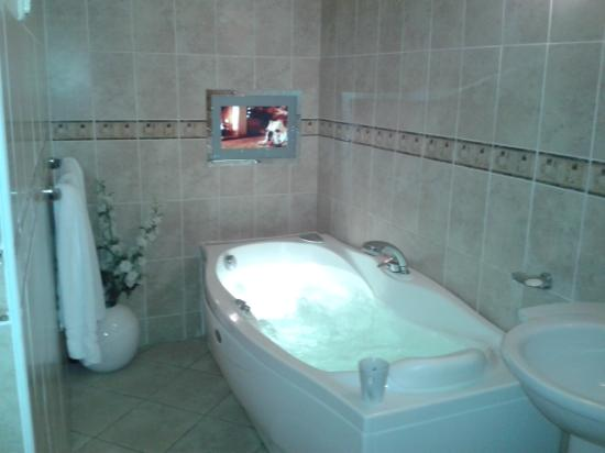 Moresby Hall: jacuzzi bath