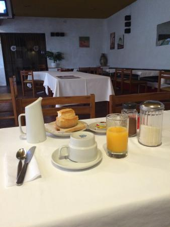 Camino Real Hotel : Desayuno completo: jugo, leche o café, yogur, pan, tostadas, mantequilla, mermelada y aceitunas