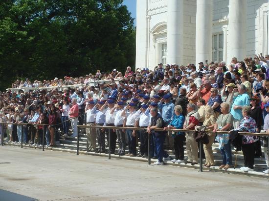 Alexandria National Cemetery: Des vétérans français rendent hommage à leurs Frères d'Arme américains...