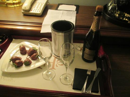 Portland Harbor Hotel: Chocolate covered strawberries and champagne in room
