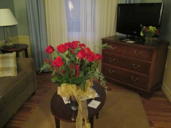 Portland Harbor Hotel: Sitting room w/ roses