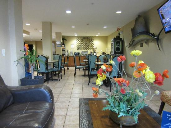 Microtel Inn & Suites by Wyndham Brunswick North: lobby and breakfast area
