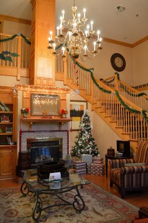 Country Inn & Suites By Carlson, Frackville (Pottsville): Hotel lobby at Christmas - warm and inviting