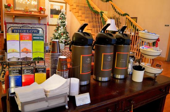 Country Inn & Suites by Radisson, Frackville (Pottsville), PA : Complimentary hot drinks in the lobby