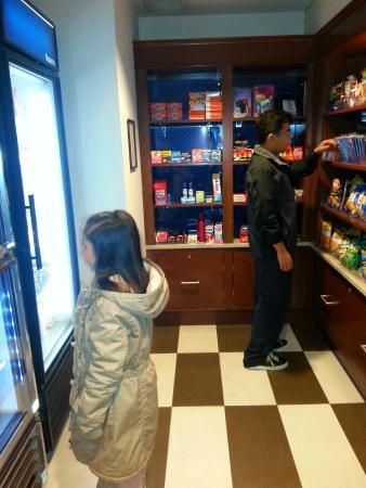 Hampton Inn Washington, D.C./White House: Pequeña zona de alimentos y bebidas.