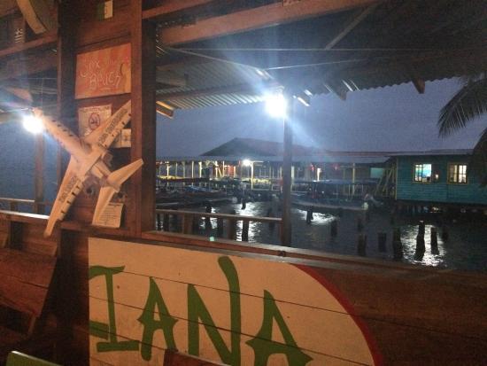 La Italiana Pizza Bar: Вид из окна вечером
