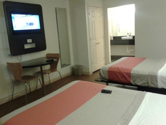Motel 6 Dallas - Market Center: How the room looked when I first arrived