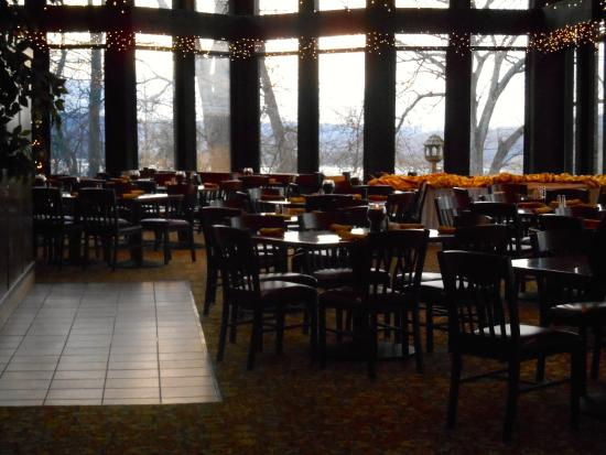 Mohican Lodge and Conference Center: Bromfield Dining Room at sunset