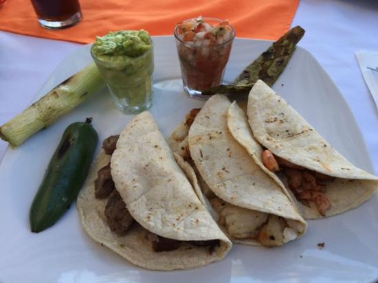 Agave Restaurant Bar: I paid 190 pesos for these dry and bland tacos