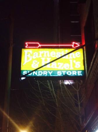 Earnestine & Hazel's Bar Grill: Placa na entrada do bar