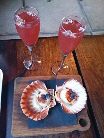 Emmilou: Scallops and accompanying cocktails ... love the floating flowers
