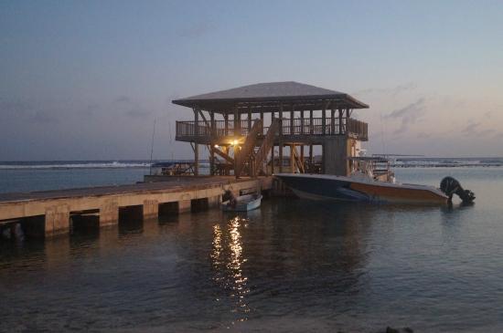 Carib Sands Beach Resort: Boardwalk leading to dock on the beach