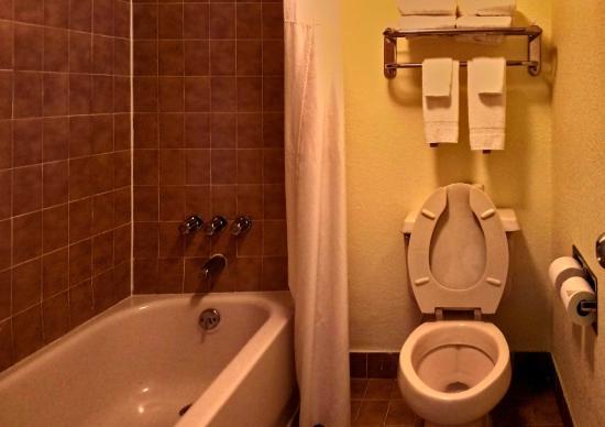 Comfort Inn & Suites Airport: Bathroom was clean