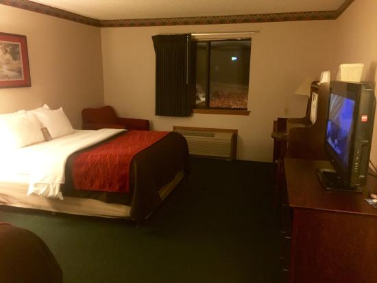 Quality Inn & Suites Lebanon: Clean room with comfortable beds and several plush pillows. Flat-panel television, mini fridge,
