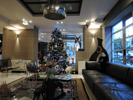 The Athenian Callirhoe Exclusive Hotel: hall decorata per le festività natalizie