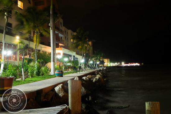 Ramada Belize City Princess Hotel: Night view of the ocean walkway by the restaurant